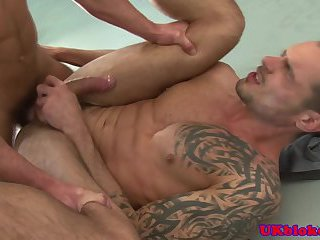 Muscled british dude loves willy in arse